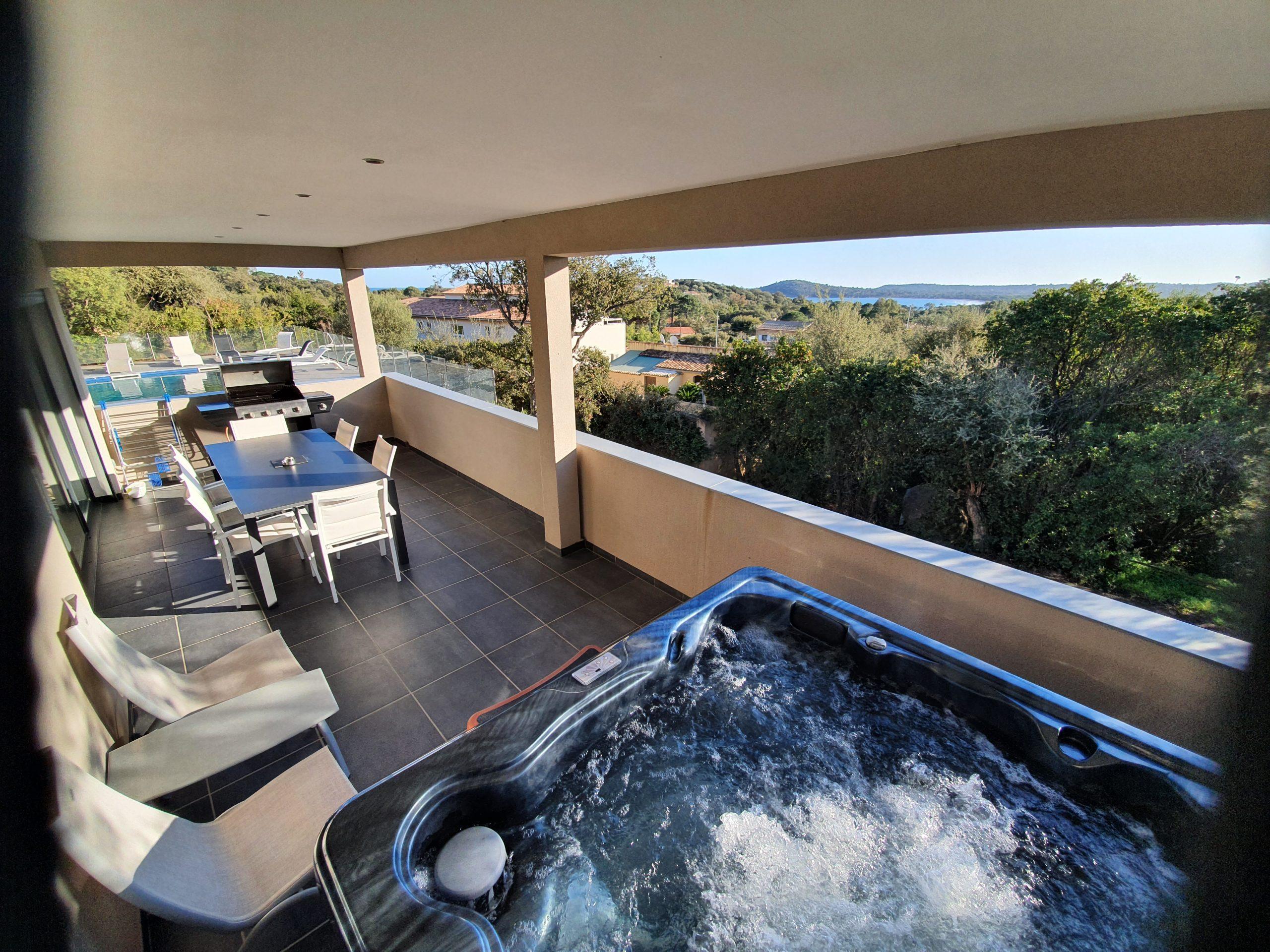 Terrase avec jacuzzi et vue mer